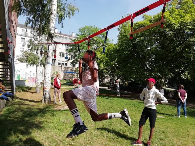 Sportlich, sportlich – mit der neu gespannten Slackline...