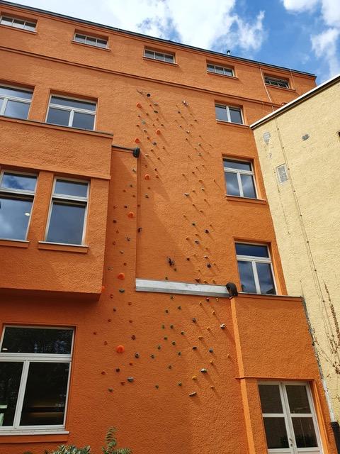 Da erstrahlt die neue Kletterwand. Ganz schön mutig bis oben.