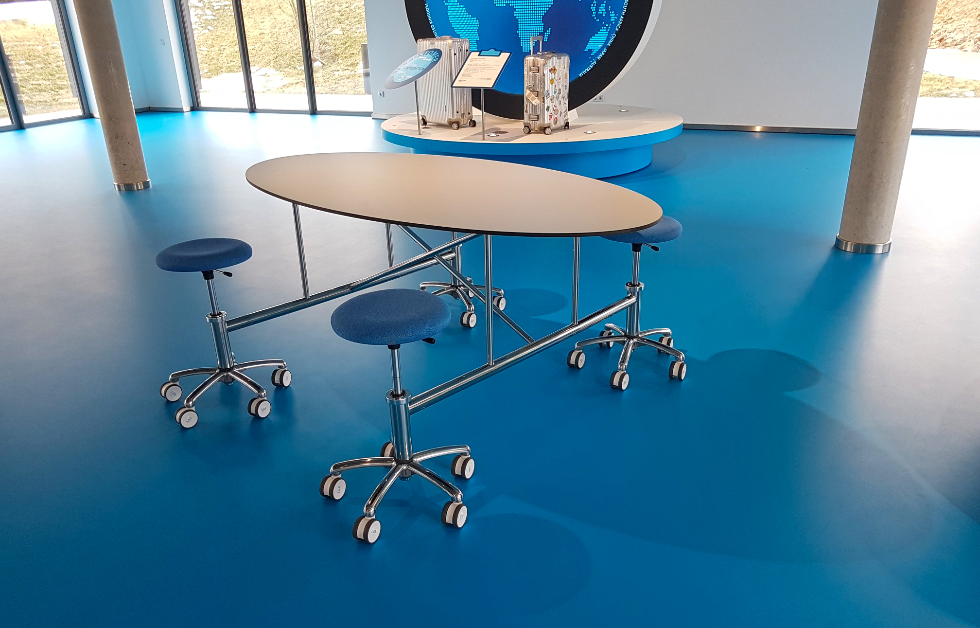 Besprechungstisch hochglanzpolierter Edelstahl, Tischplatte HPL | Entwurf: Bürger Albrecht Partner