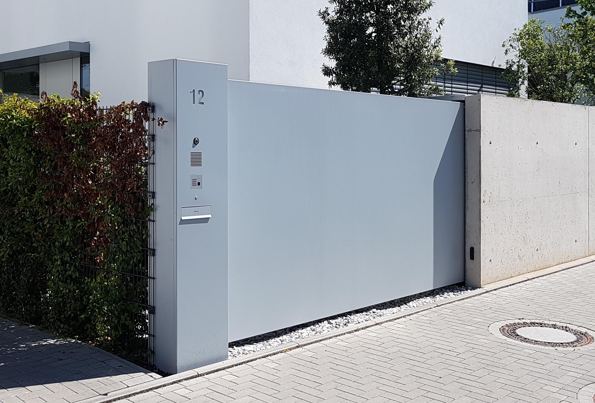 Motorbetriebenes Schiebetor mit Türkommunikations-System in Stele integriert | Alu, pulverbeschichtet