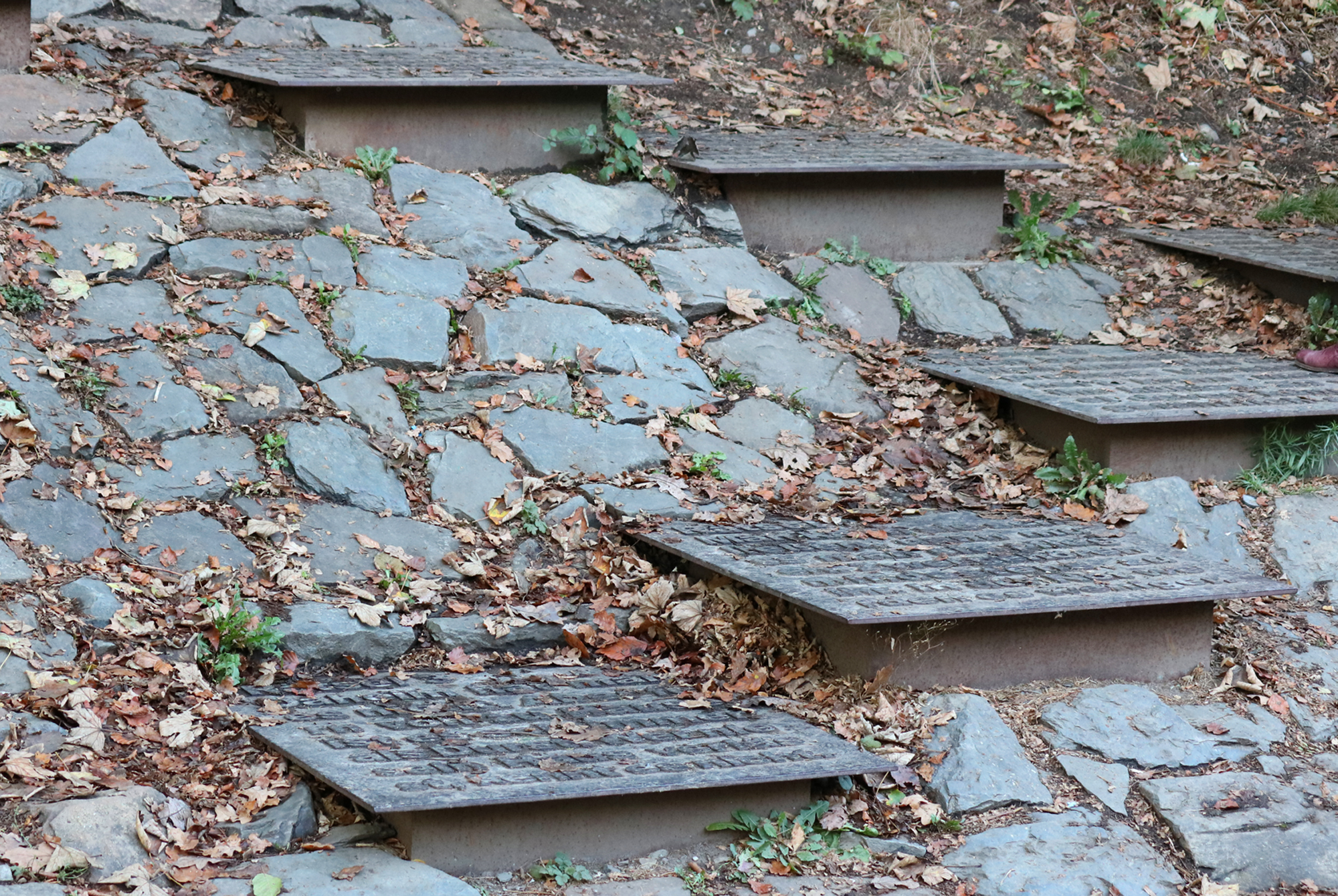 Kunstprojekt Müngstener Rätsel im Brückenpark | Begehbare und sprechende Stahlplatten mit Beschriftung