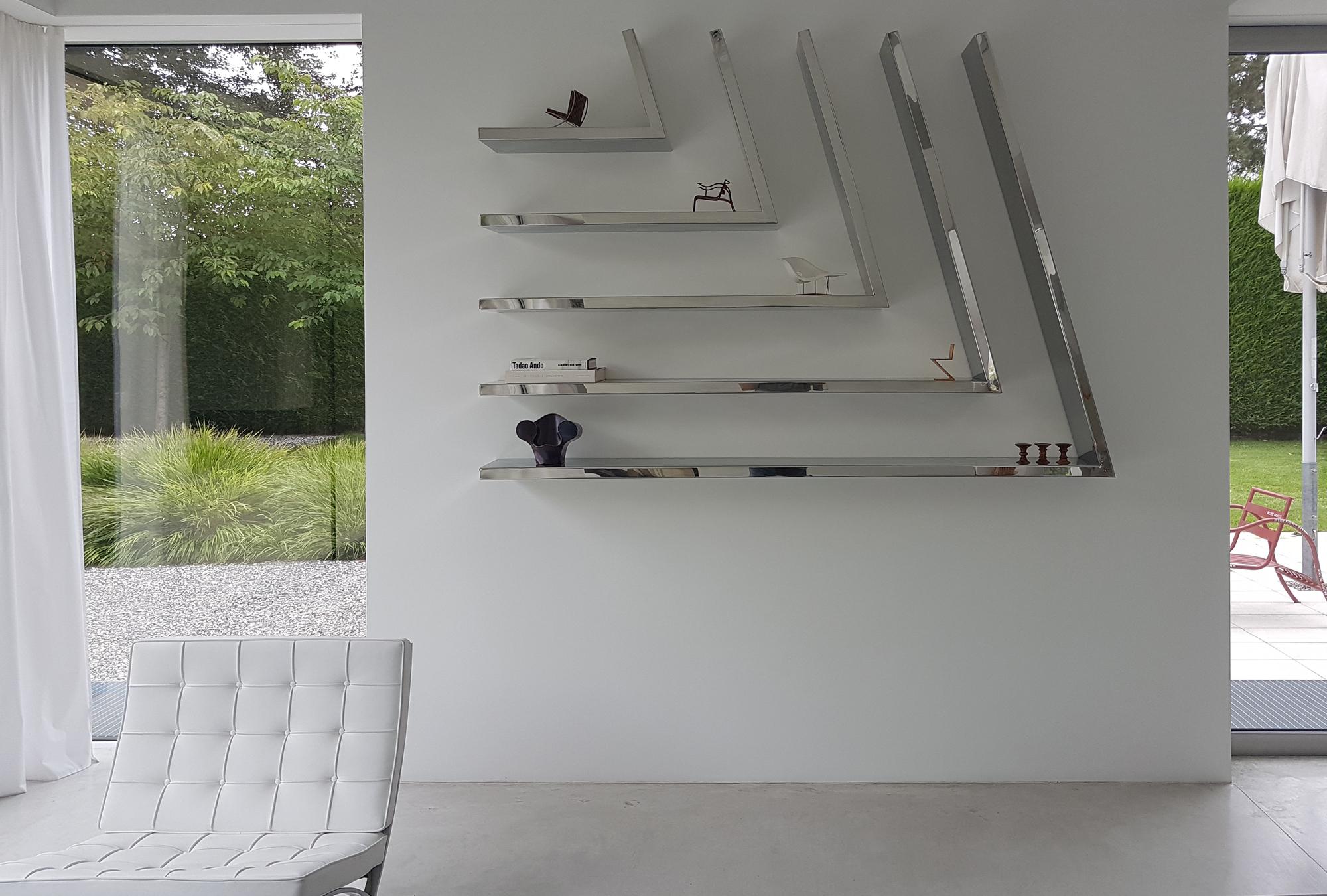 Hochglanzpoliertes Edelstahlregal | Design: carine stelte architecture & design