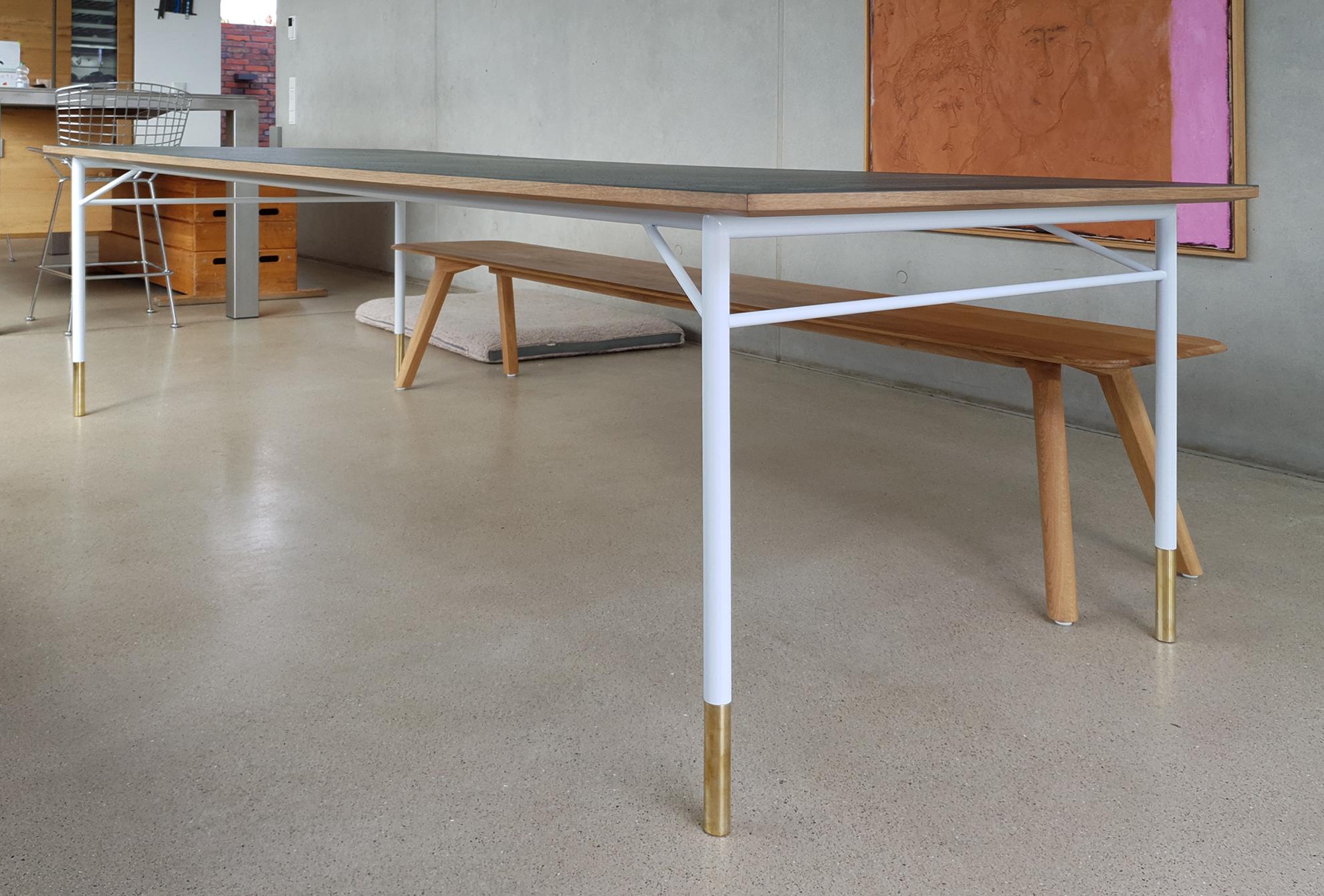 Tisch, Eichenplatte mit Linoleum. Pulverbeschichtetes Stahlgestell mit Messingfüssen