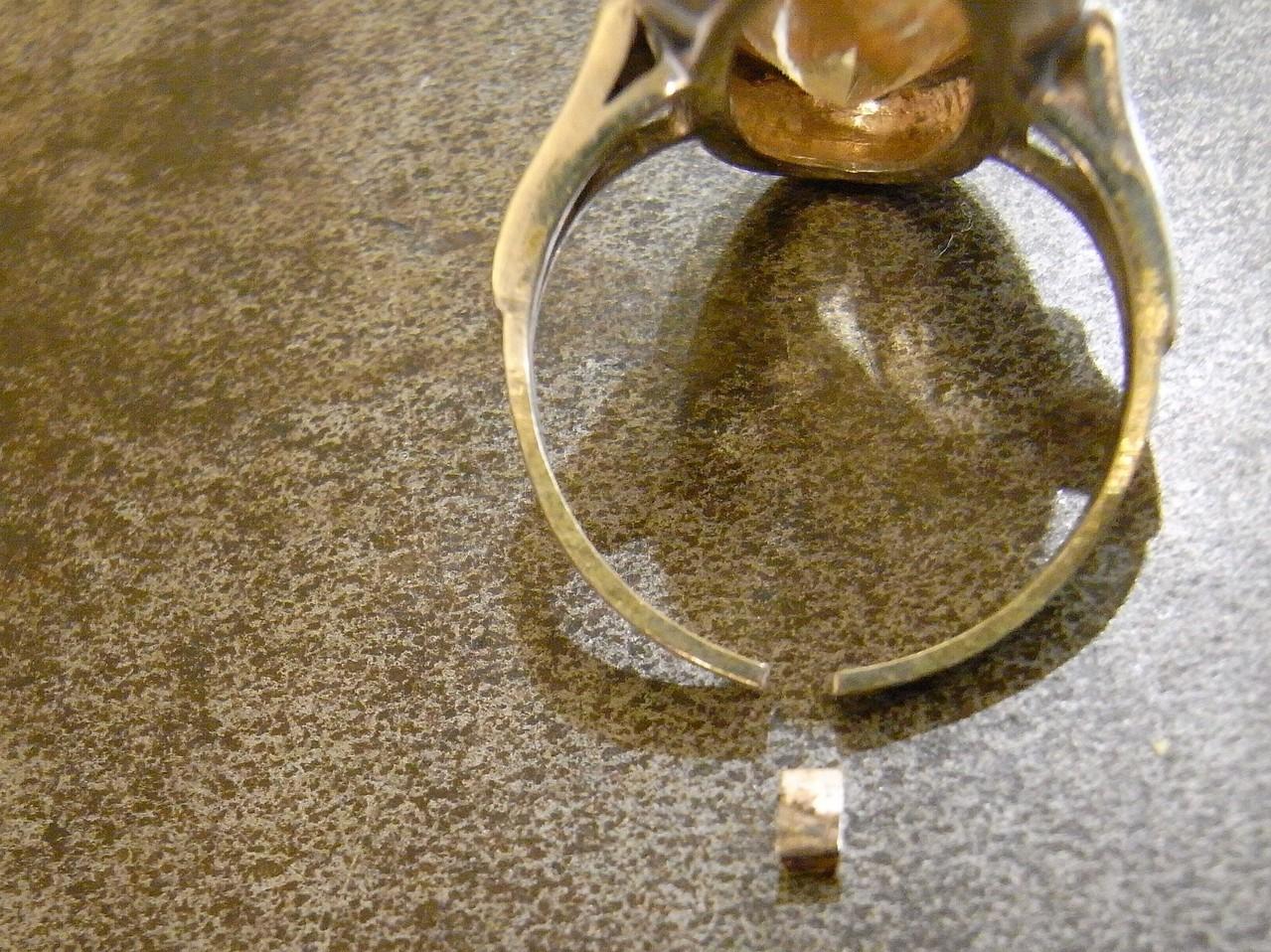 passendes Stück in Gold zum Einsetzen aussägen und einfeilen