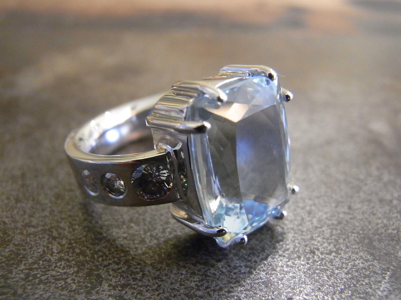 fertiger 585er Weißgold Ring mit Aquamarin und Brillanten