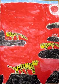 「すてきなトラ」2年 トラの表情と真っ黒の岩、背景の赤とのコントラストが素敵ですね。作者ならではのセンスに感心します。