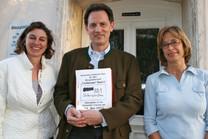 Unterschriftenübergabe vor der Gemeinde Übersee (Bildquelle: Barbara vom Dorp)