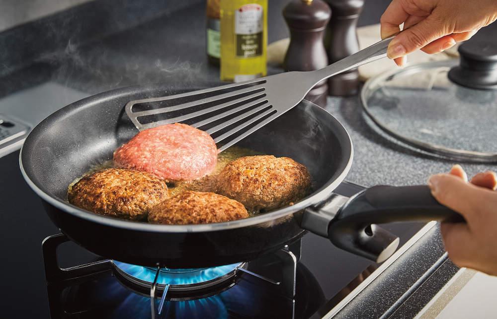 難しいフライパン調理の火加減と返すタイミングを最適に教えてくれる「焼きサポート」を新搭載