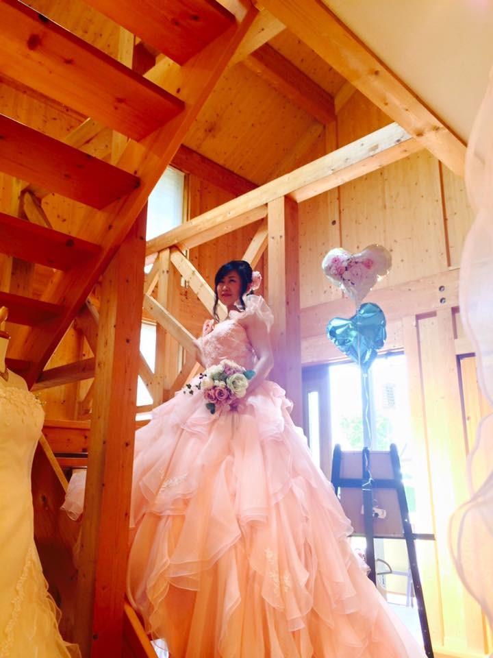 ピンクのウェディングドレスがまぶしい