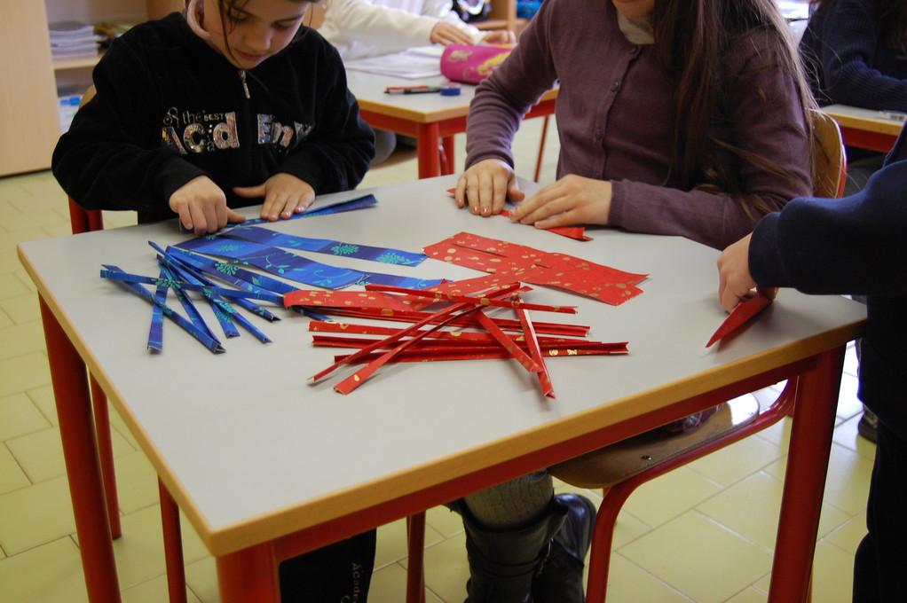 Pieghiamo ogni striscia in quattro parti nel senso della lunghezza.