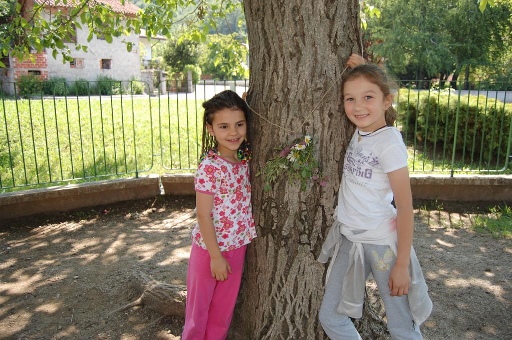 Elena e Veronica hanno un'idea: si può anche appendere ad un albero!