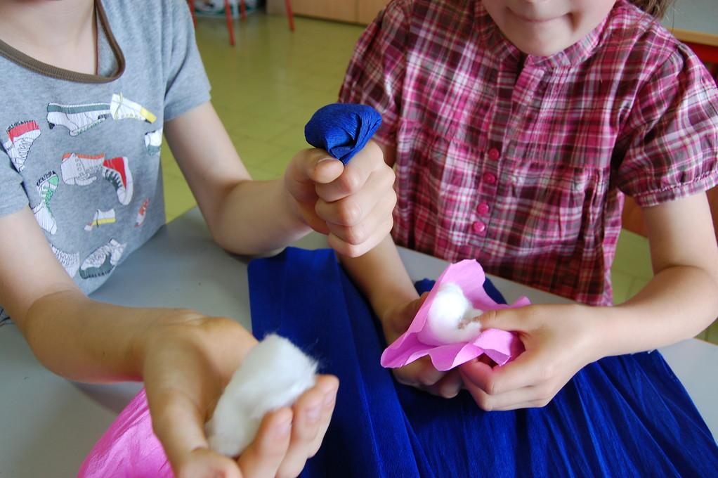 Poi abbiamo costruito la parte centrale del fiore avvolgendo del cotone nelle carta colorata.