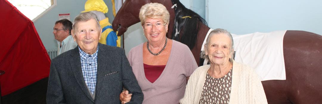 Les doyens de Bréville-sur-Mer avec Madame Le Maire