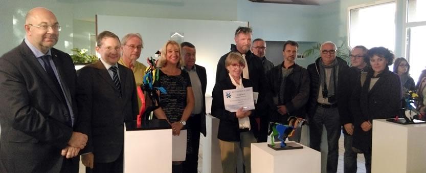 Remise du prix « Mairie de Bréville-sur-Mer » à Marie-France VEYNANTE en présence des élus du Département.