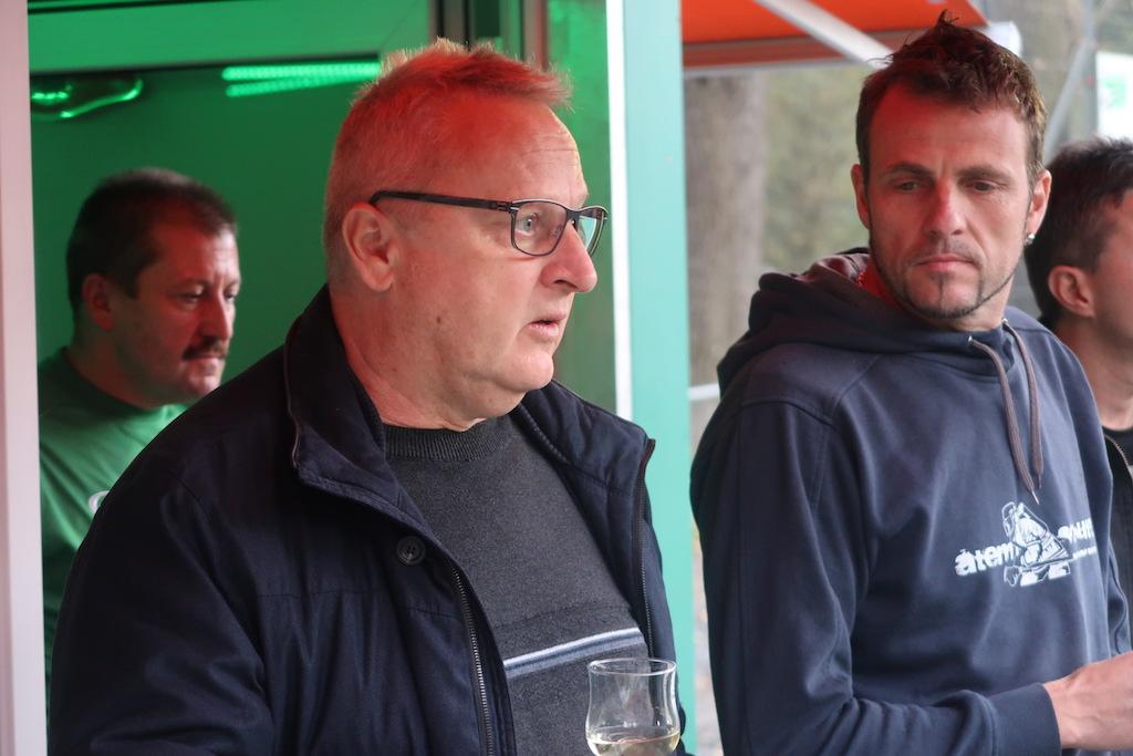 Heinz Gehrig (li.) und Tom Epp von der Gemeinde richten ein paar Worte an den FCF.
