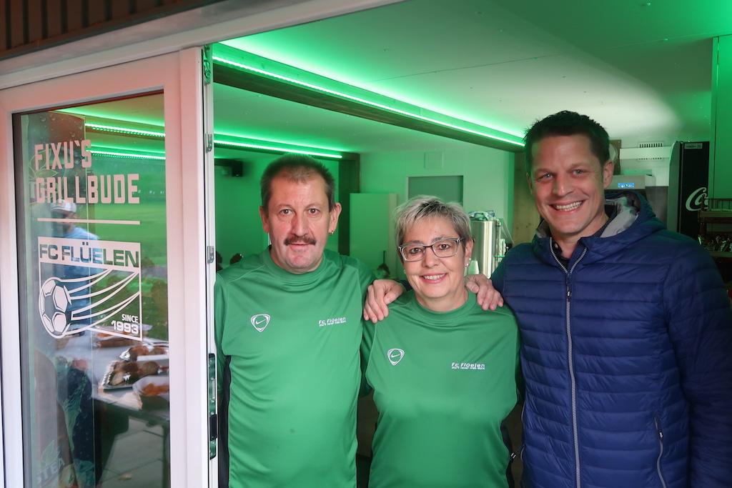 Das Wirtepaar Felix (li.) und Helen Bissig mit Planer Rolf Herger vor dem neuen Klubhaus.