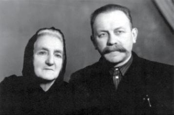 На світлині: Владика Василь з матір'ю (з сімейного альбому)