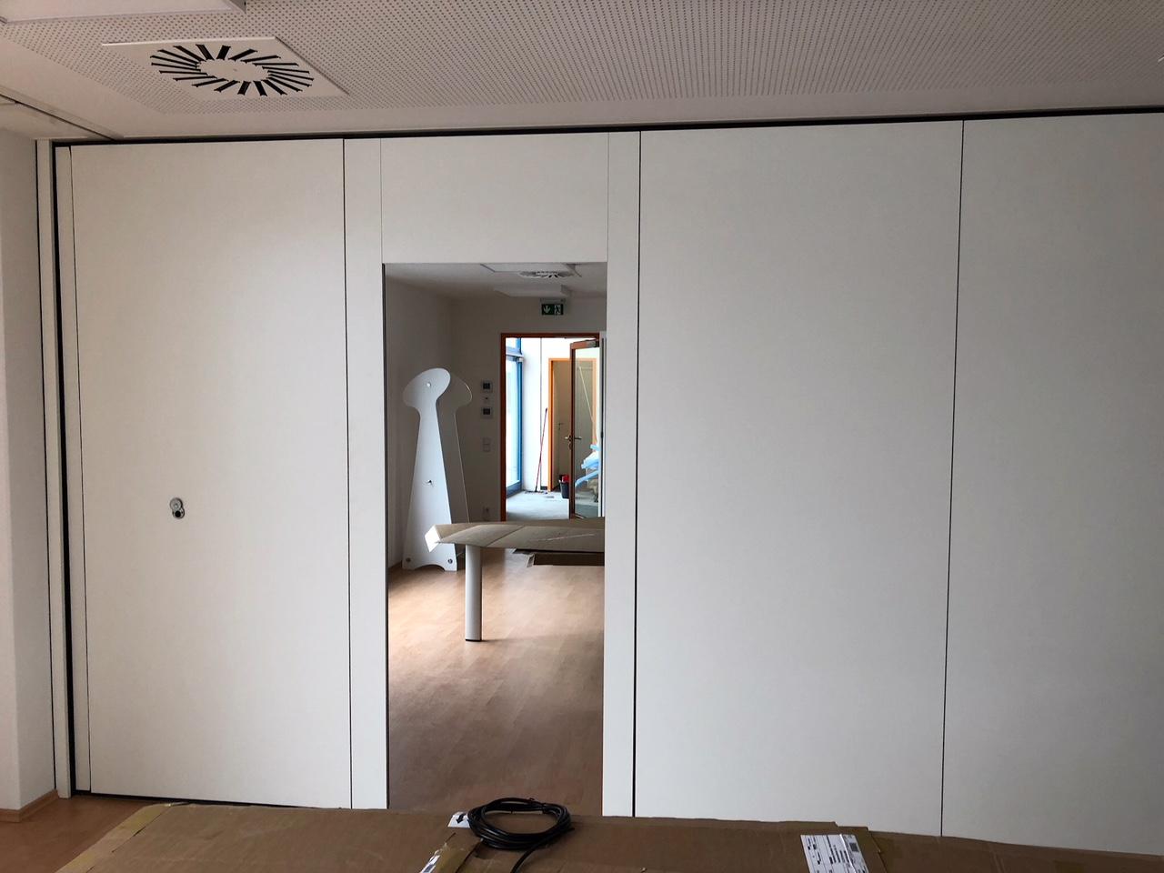 Flexibles Trennwandsystem mit integrierter Tür