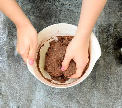 Glutenfreien und veganen Cookie Teig mit den Händen kneten