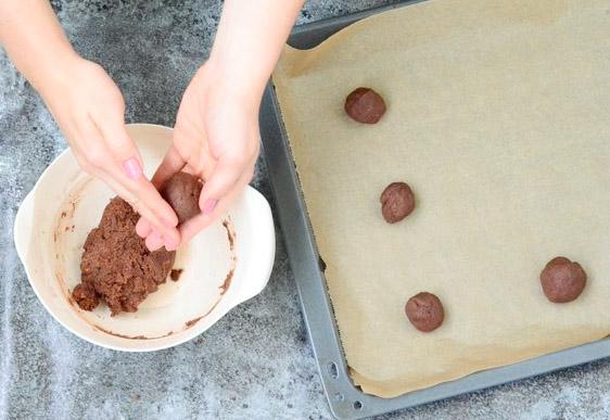 Aus dem glutenfreien und veganen Cookie Teig kleine Teigkugeln formen