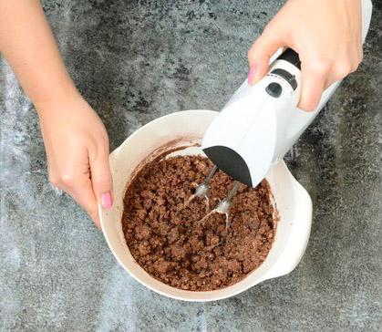 Die glutenfreien und vegane Backmischung mit dem Handrührgerät verrühren