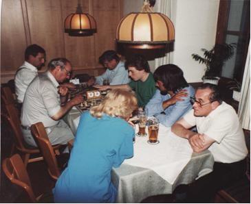 Bild rechts die Unersättlichen von hinten Edi Reisch, Ferdinand Titze, Helmut Gasper, Marc Marian. Der Wettkampf fand an 17 Brettern statt und endete hart umkämpft 8,5:8,5.