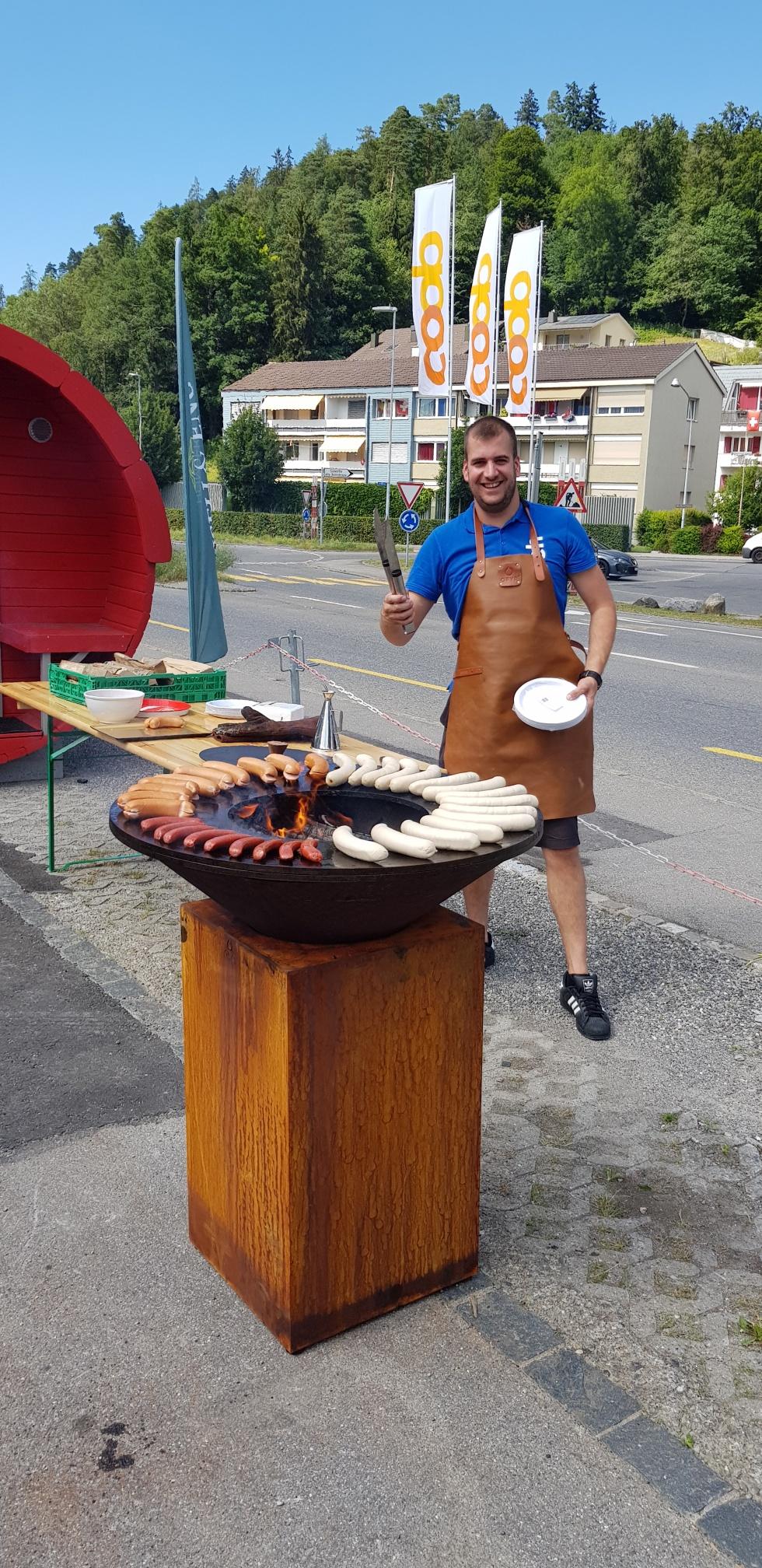 Geschäftsführer Leni Iseli grillt (Zvieri ) für die Teilnehmenden.