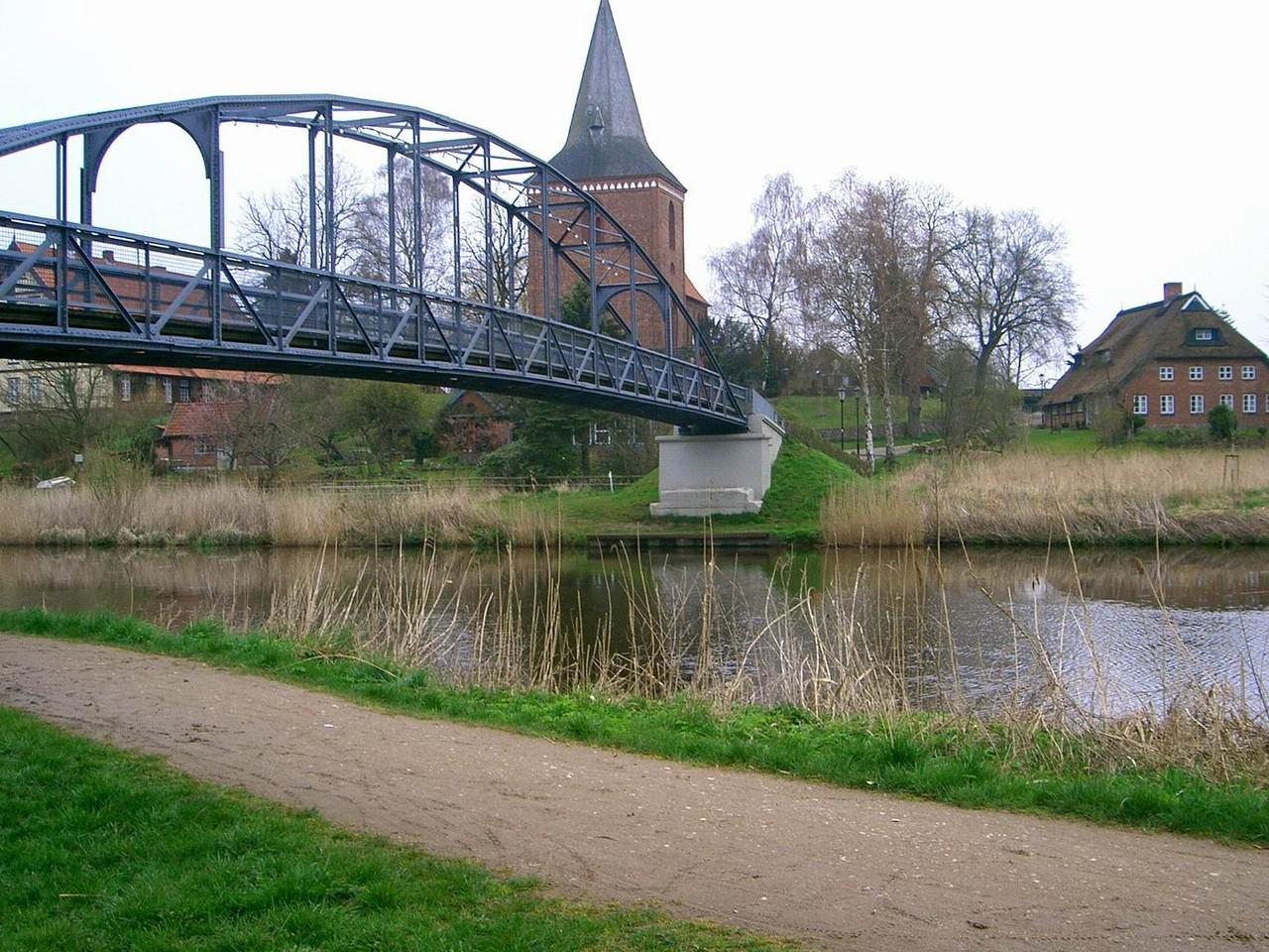 Maria-Magdalenen-Kirche zu Berkenthin mit Fußgängerbrücke (2008)   /Foto P.Lüneburg