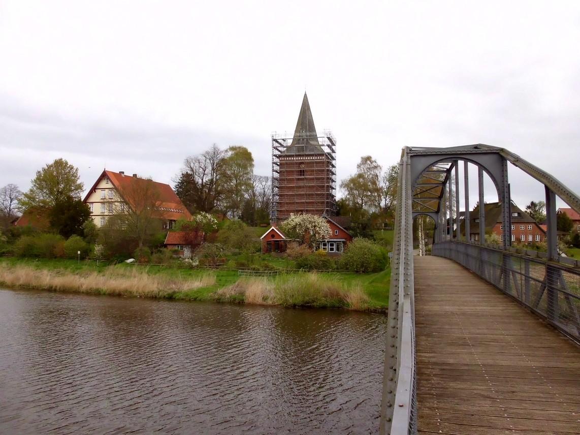 18.April 2014 - Das Kirchturmdach ist zur Hälfte eingerüstet                Foto: P.Lüneburg