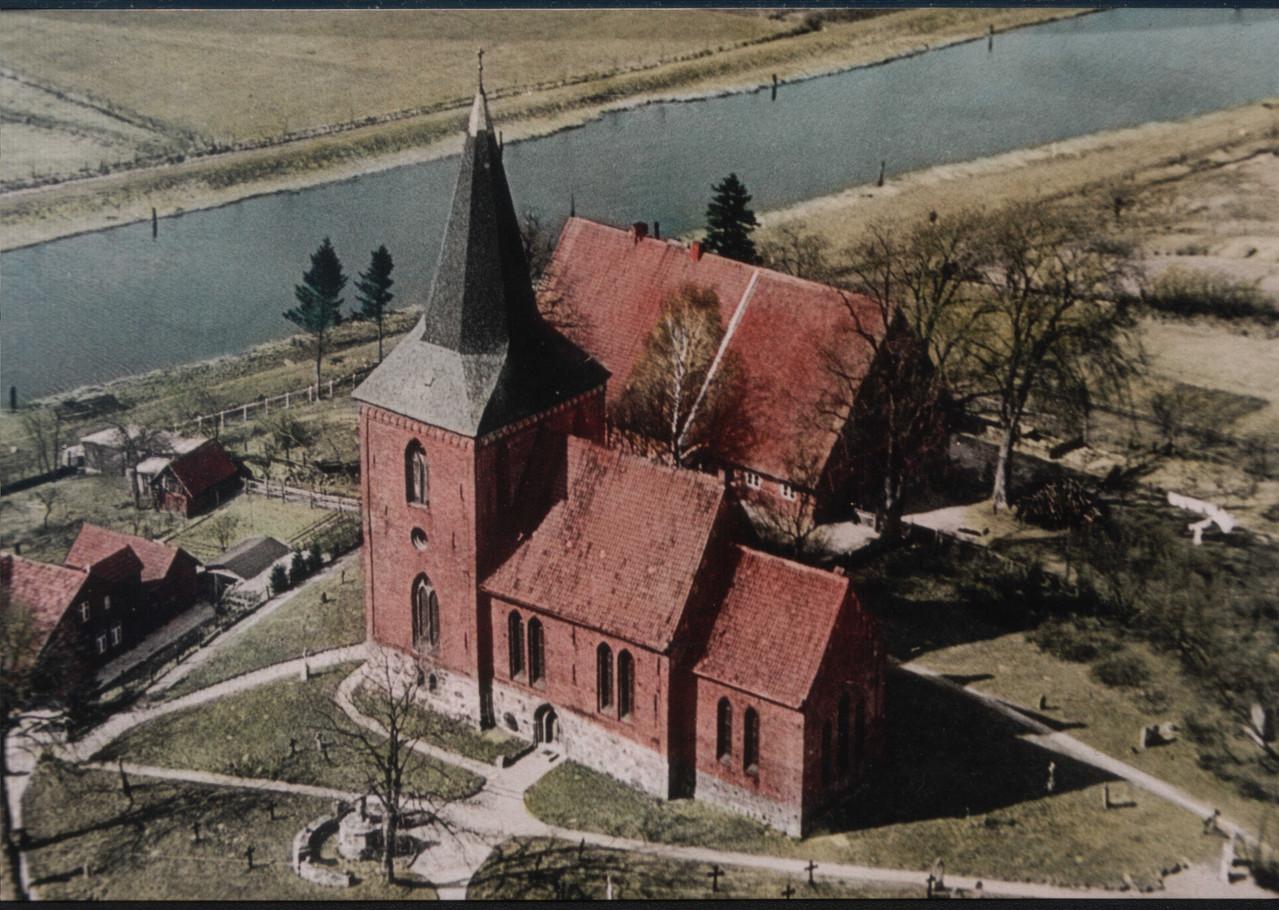 Maria-Magdalenen-Kirche zu Berkenthin und Pastorat  - Luftaufnahme ca. 1950