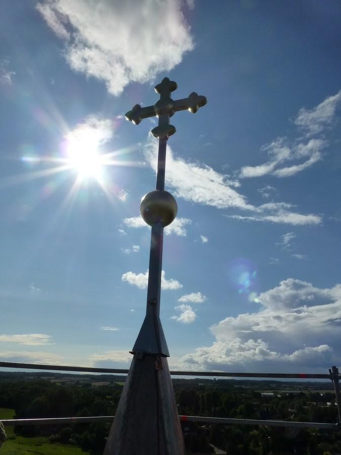 2014-08-24  Die Krönung: das neu vergoldete Turmkreuz  im Sonnenlicht      / Foto: P.Lüneburg