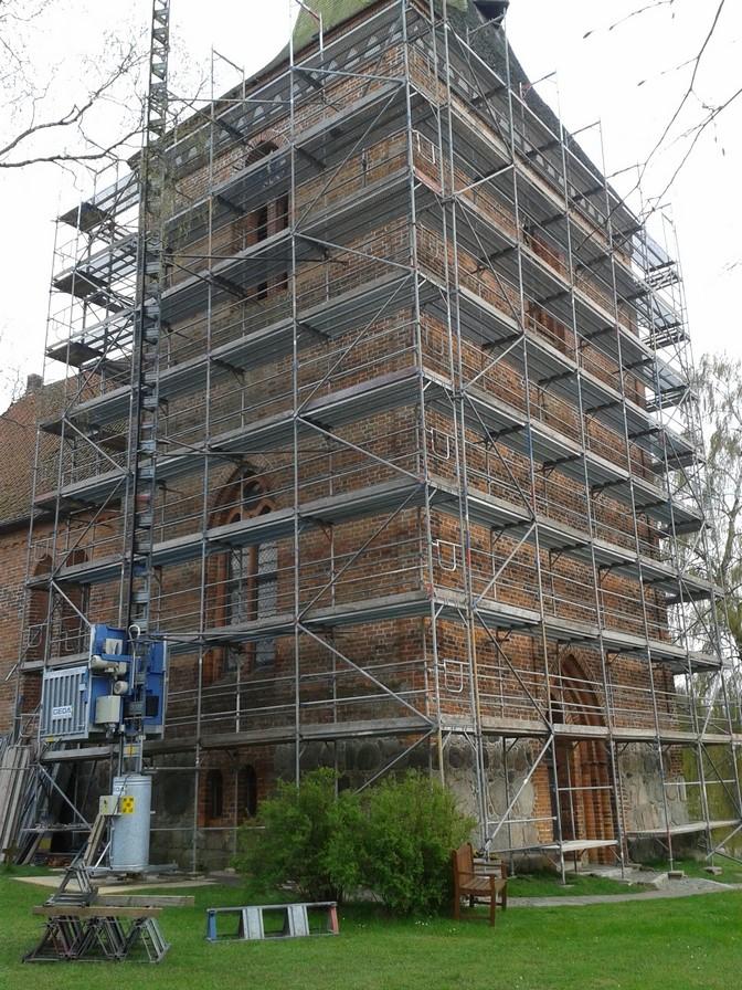 11.April 2014 - Der Kirchturm ist fast komplett eingerüstet                Foto: P.Lüneburg