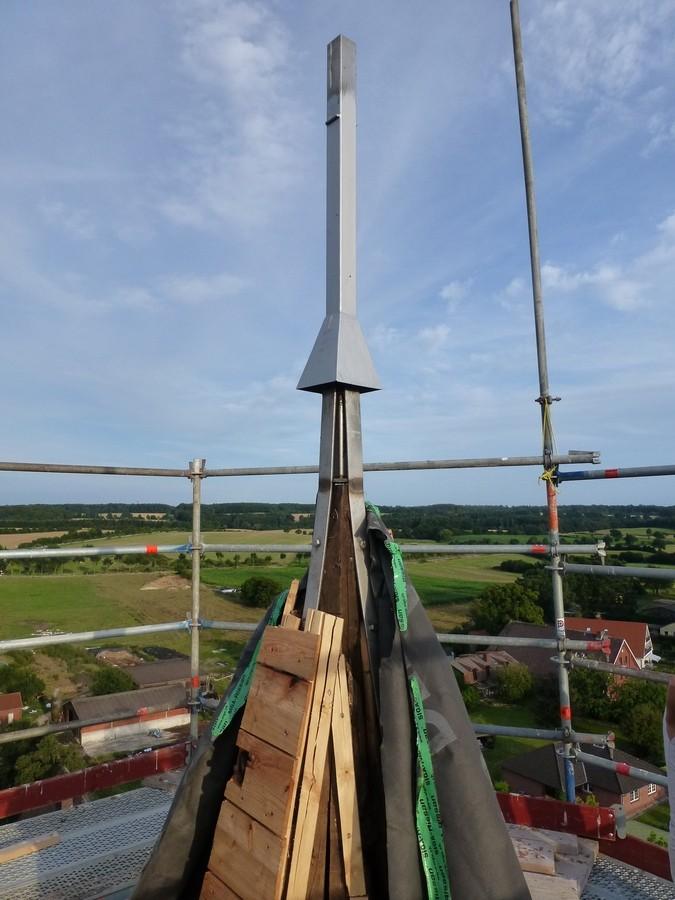 2014-08-08 Die neue Kirchturmkreuzhalterung   /Foto: P.Lüneburg