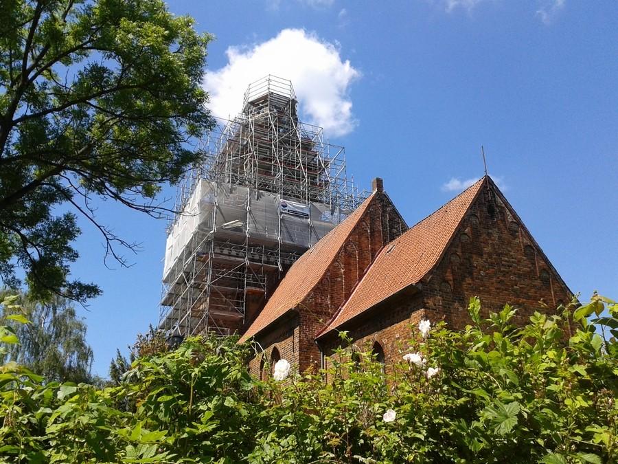 "2014-05-30 Der Berkenthiner Kirchturm ""gerüstumhüllt""     /Foto: P.Lüneburg"