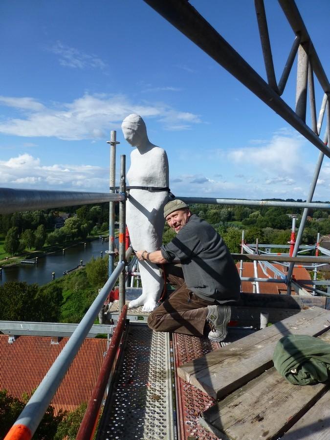 2014-08-24 Kunstinstallation am Kirchturmgerüst durch Bildhauer J.Beckmann  / Foto: P.Lüneburg