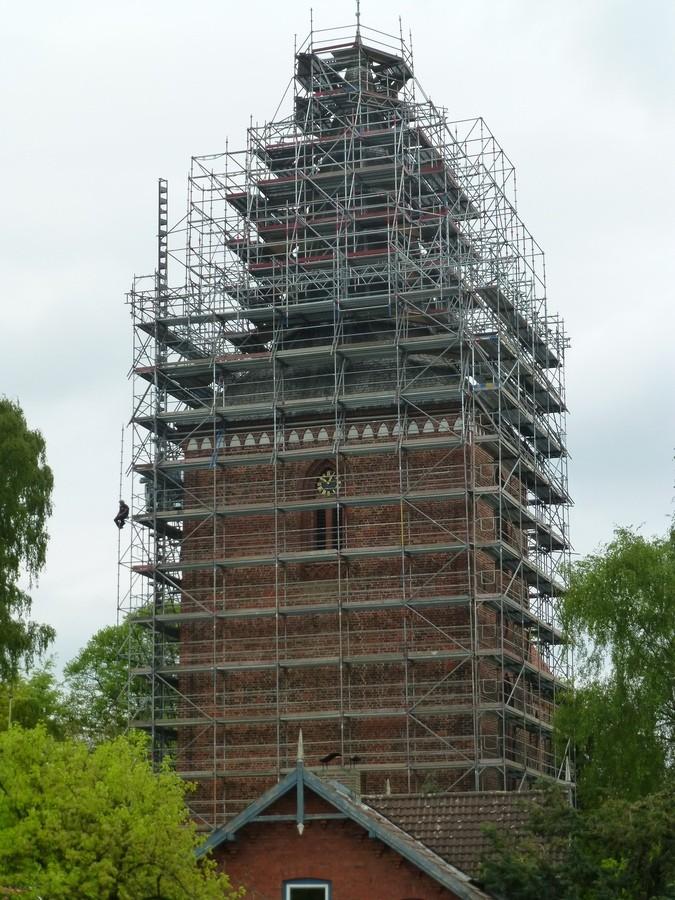 05.Mai 2014 Das Kirchturmdach ist komplett umhüllt              Foto: P.Lüneburg
