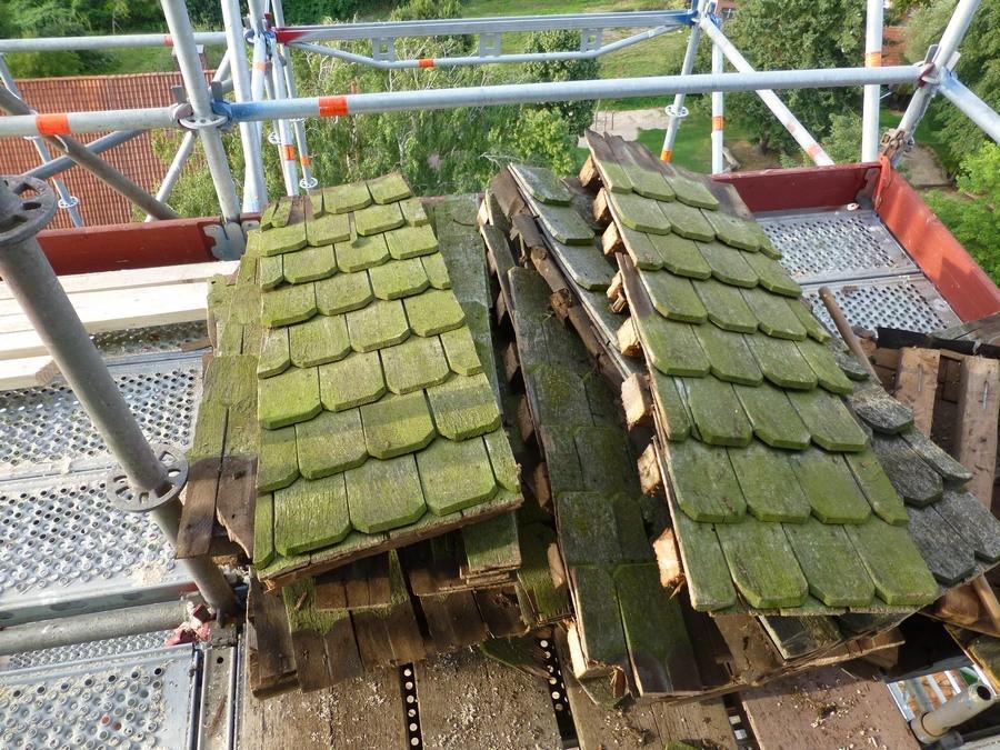 2014-08-08 Die alten Schindeln haben nach 50 Jahren ausgedient   /Foto: P.Lüneburg