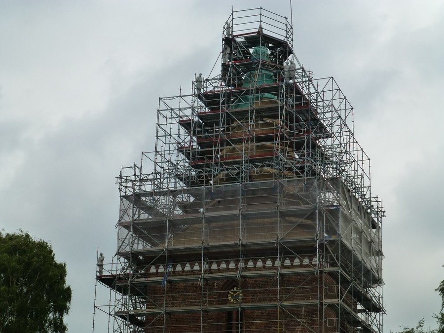 2014-08-17 Kunstinstallation am Kirchturmgerüst durch Bildhauer J.Beckmann  / Foto: P.Lüneburg