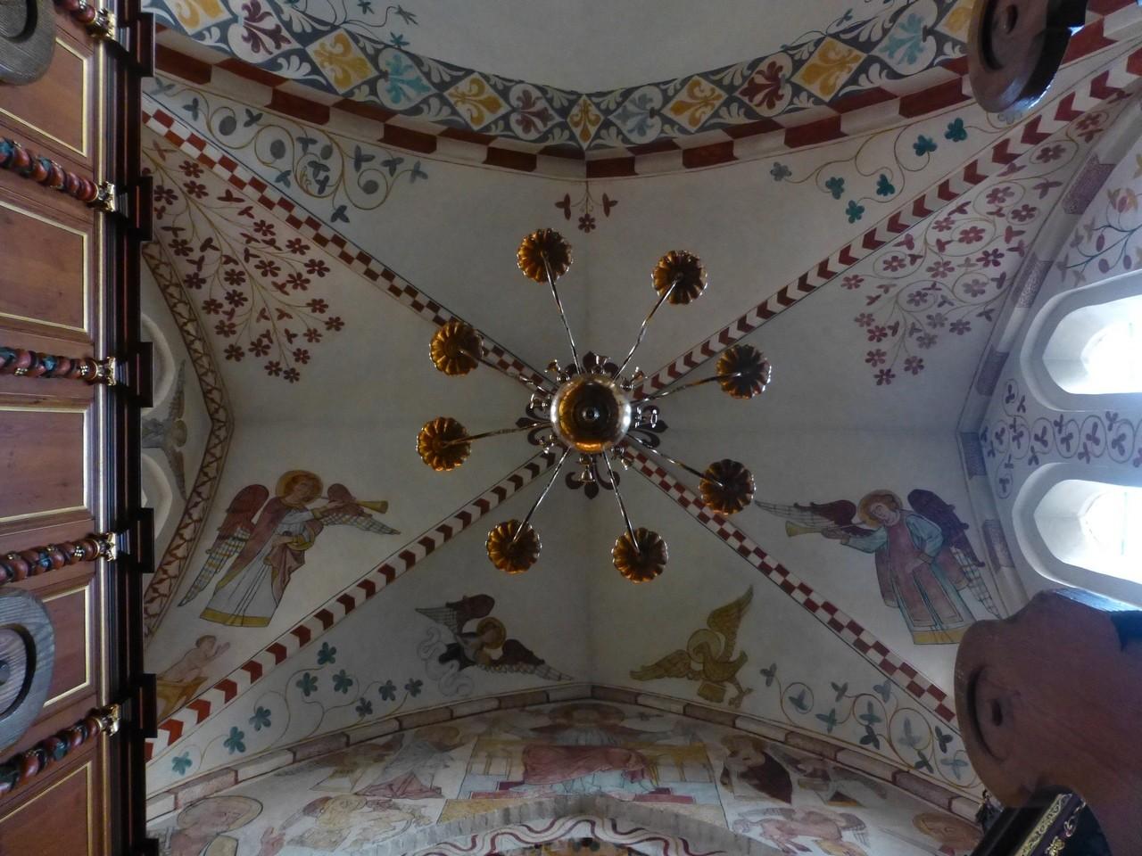 Maria-Magdalenen-Kirche zu Berkenthin - Kronleuchter 1 mit Deckenmalerereien /Foto P.Lüneburg