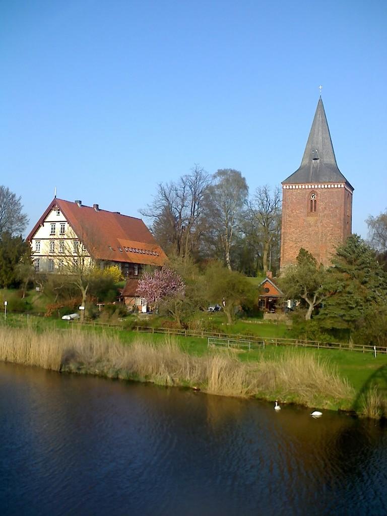 Maria-Magdalenen-Kirche zu Berkenthin und Pastorat (2009)          /Foto P.Lüneburg