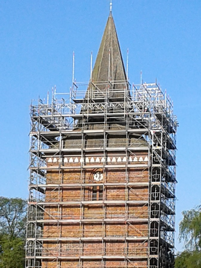 28.April 2014 - Das spitz zulaufende Kirchturmdach ist für die Grüstbauer eine echte Herausforderung           Foto: P.Lüneburg