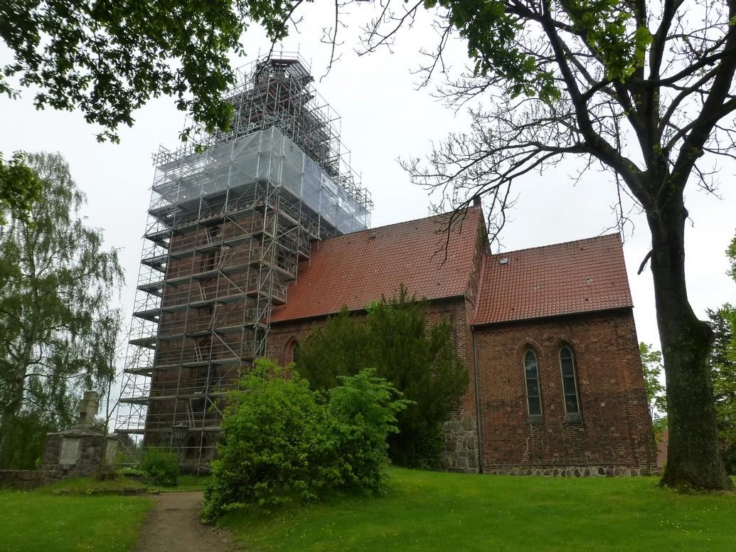 2014-05-10  Der Kirchturm ist komplett eingerüstet         Foto: P.Lüneburg