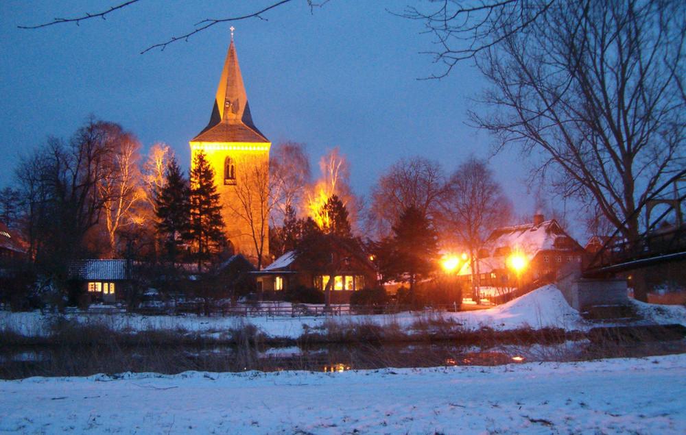 Berkenthiner Kirche am Winterabend        /Foto R. Römer