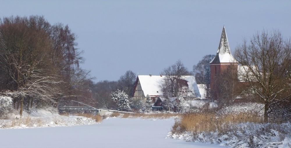 zugeforener Elbe-Lübeck-Kanal mit Kirche & Pastorat       / Foto R.Römer