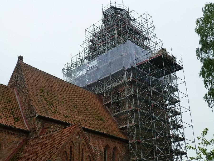 2014-05-10  Die Handwerker haben mit der eigentlichen Dachsanierung begonnen / Foto: P.Lüneburg