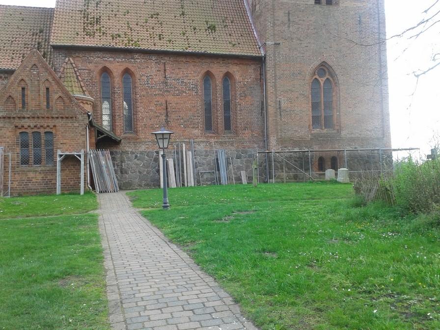 07.April 2014 - erste Gerüstelemente                                               Foto: P.Lüneburg