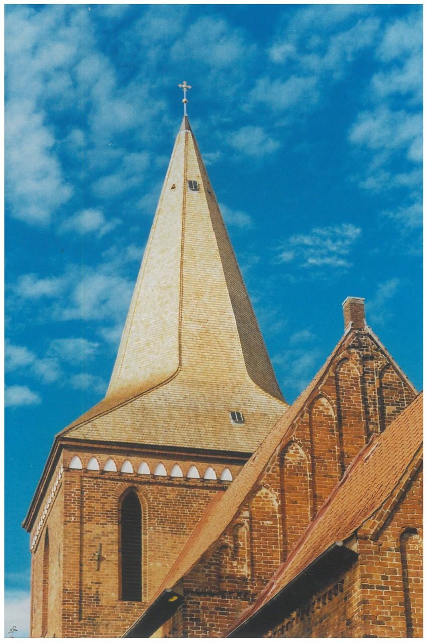 Herbst 2014 -Es ist vollbracht - das neue Kirchturmdach ohne Gerüst    Foto: Christa Speth