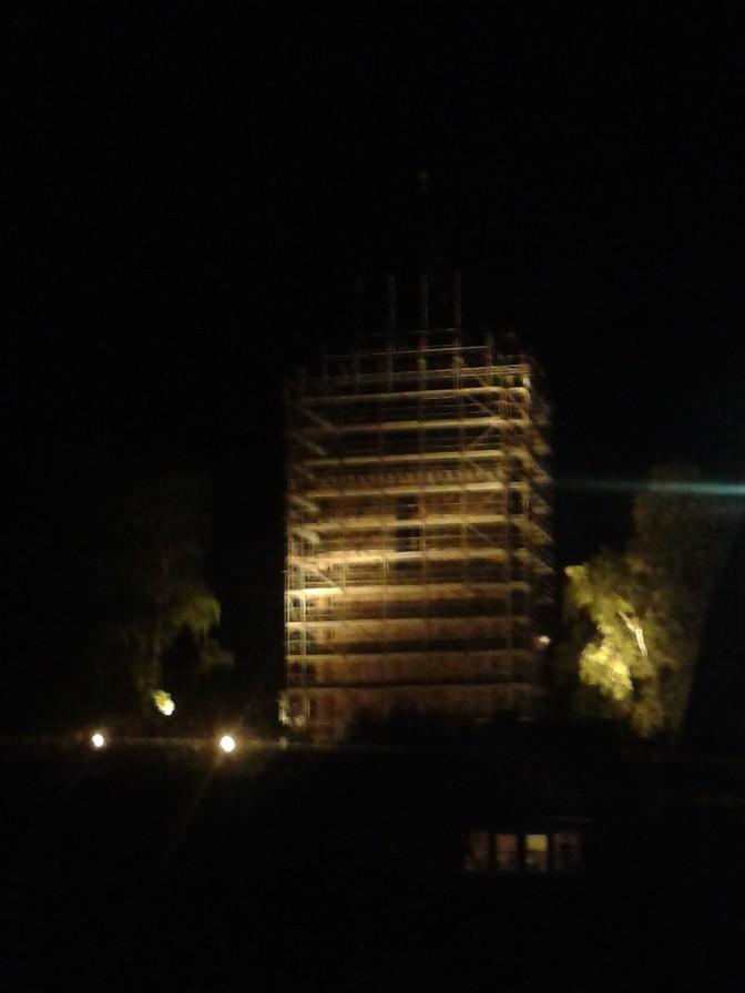 28.April 2014 - Das Kirchturmdach wird immer dichter vom Gerüst umhüllt          Foto: P.Lüneburg