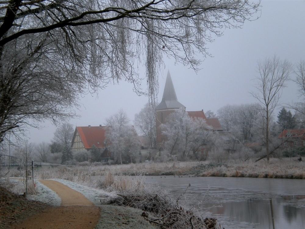 Berkenthiner Kirche & Pastorat am einem frostigen Wintermorgen    / Foto R.Römer