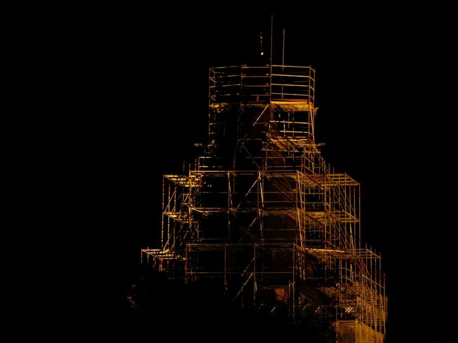 2014-08-24 Berkenthiner Kirchturm mit Baugerüst bei Nacht    / Foto: P.Lüneburg